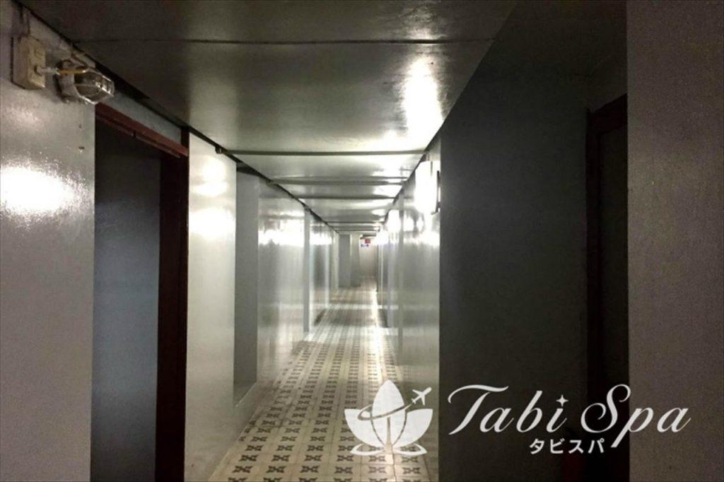 無機質な空気が漂う回廊