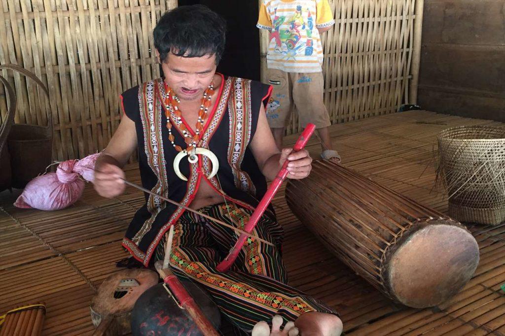カトゥー族の機織りシーン