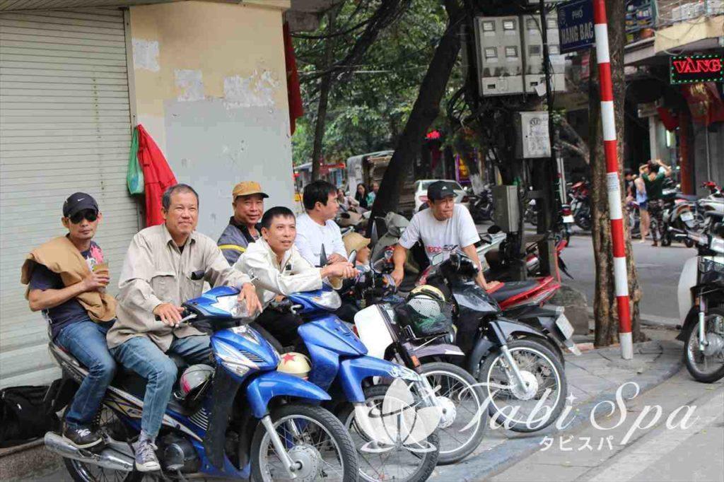 客待ちしているバイクタクシー