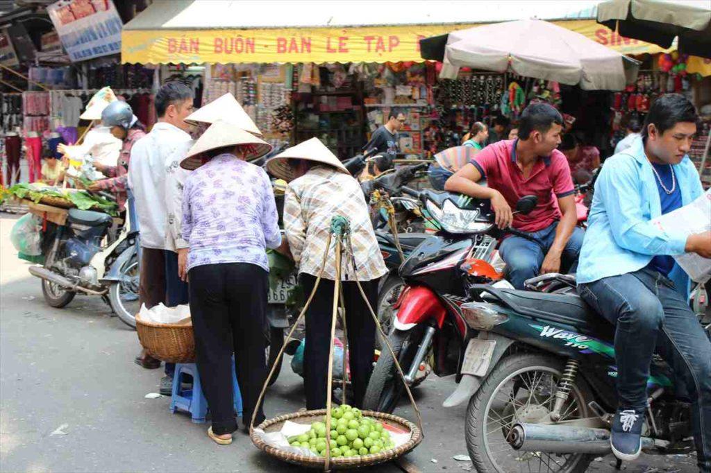 ハノイのドンスアン市場周辺にて