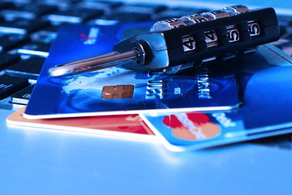 クレジットカードと鍵の写真