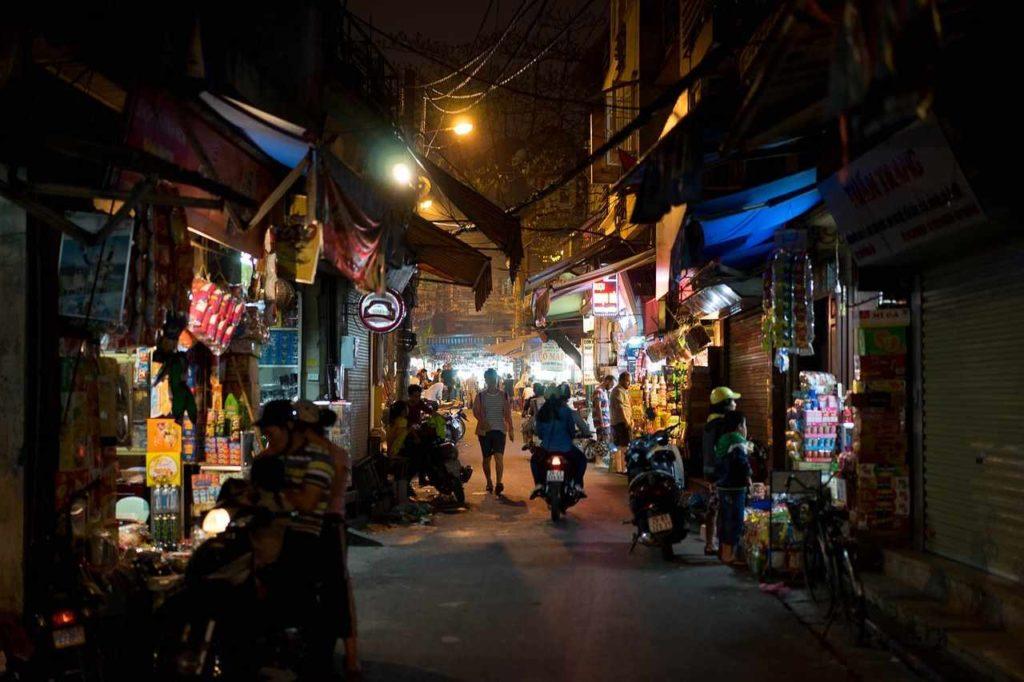 ハノイ旧市街の夜の路地中