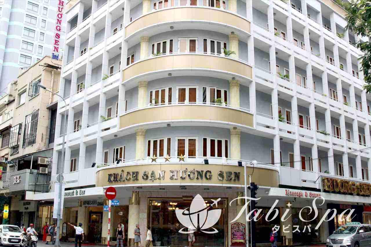 ドンコイ通りに建つホテル