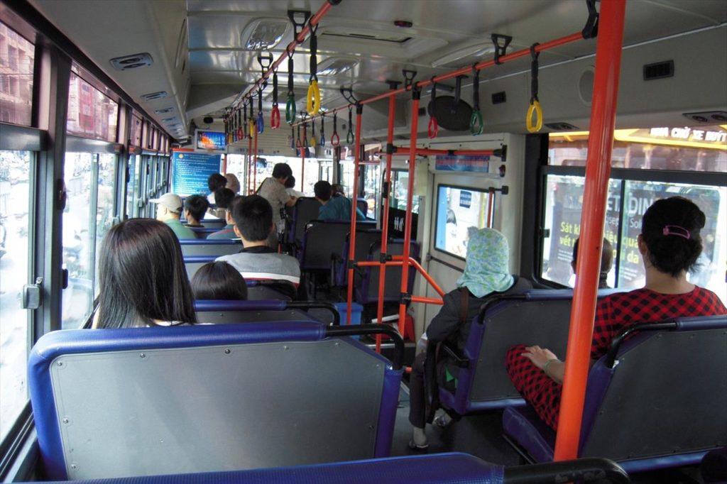 ベトナムの路線バスの車内
