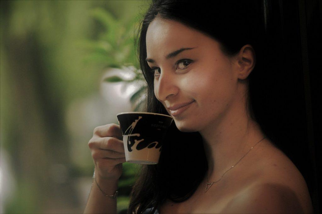 コーヒーを飲むクメール美女