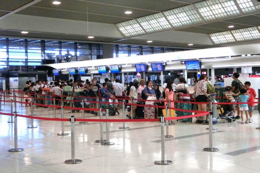 成田空港のチェックインカウンター