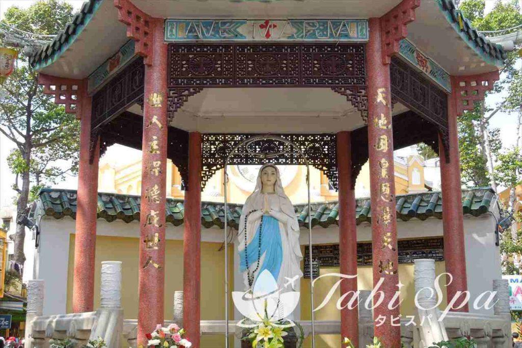 チャータム教会の敷地内にある像
