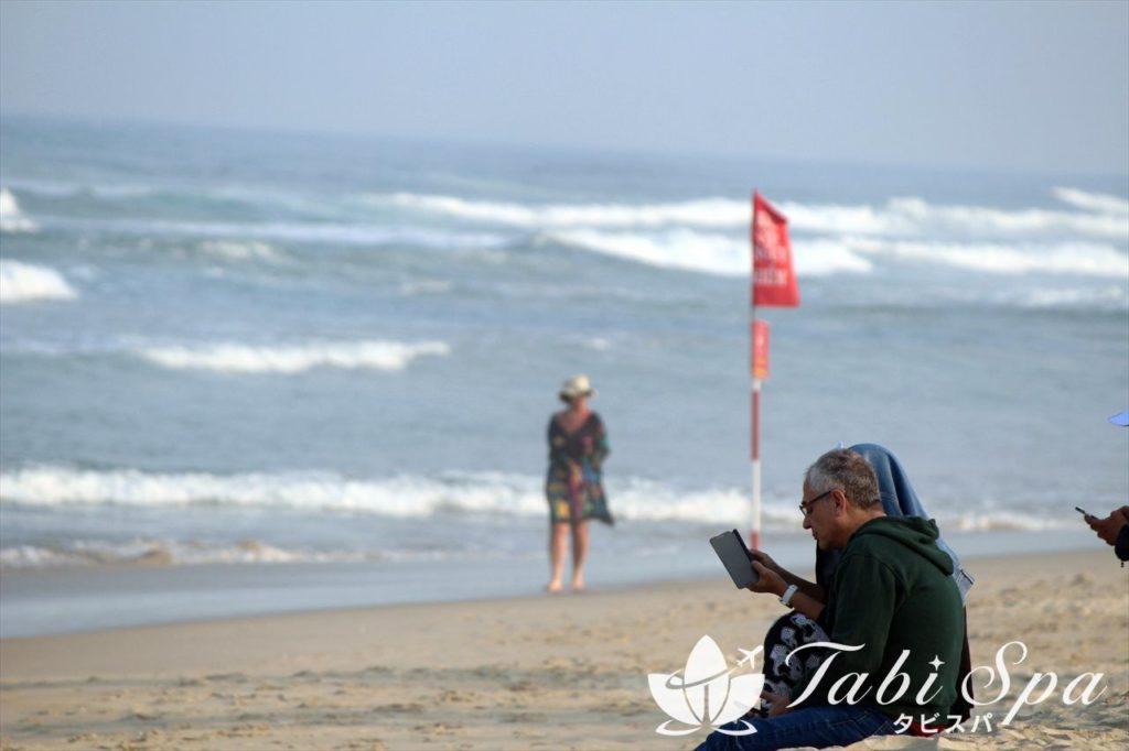 ノンヌオックビーチに座る観光客