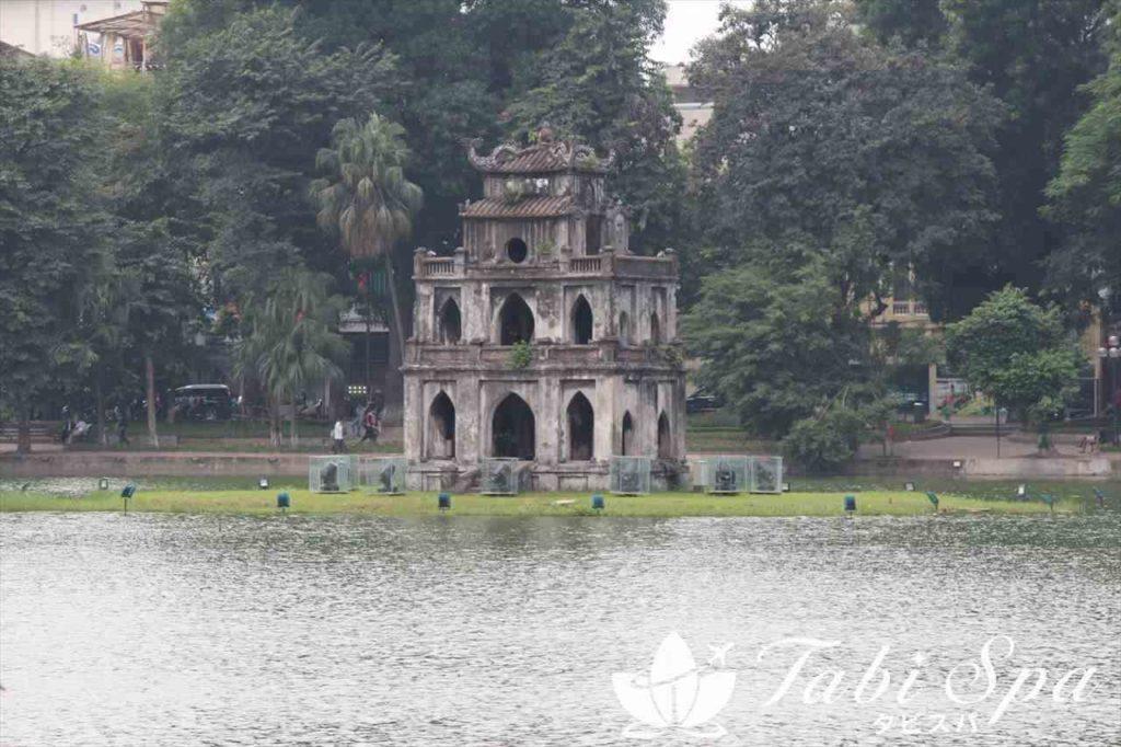 湖に建つ祠堂
