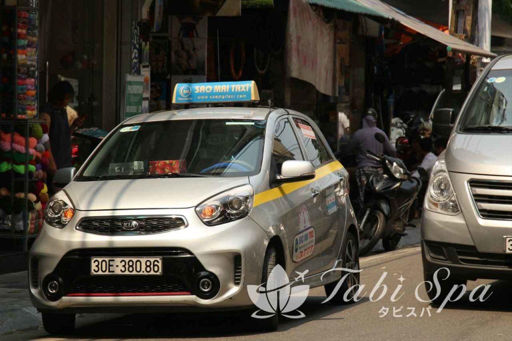フエ市内を走るタクシー