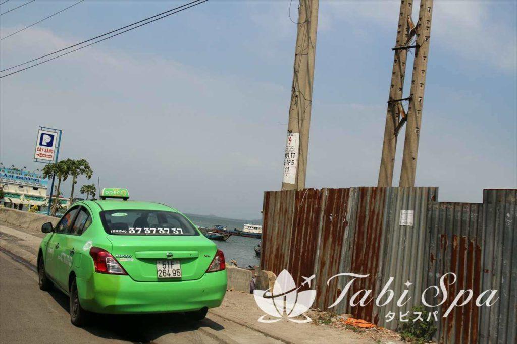 ベトナム市内を走るタクシー