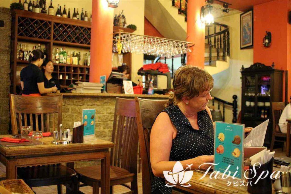 ダナンのレストラン「リモンチェッロ」を楽しむ客