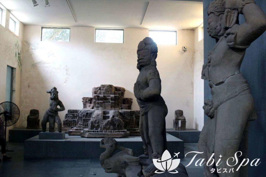 チャム彫刻博物館の館内と石像