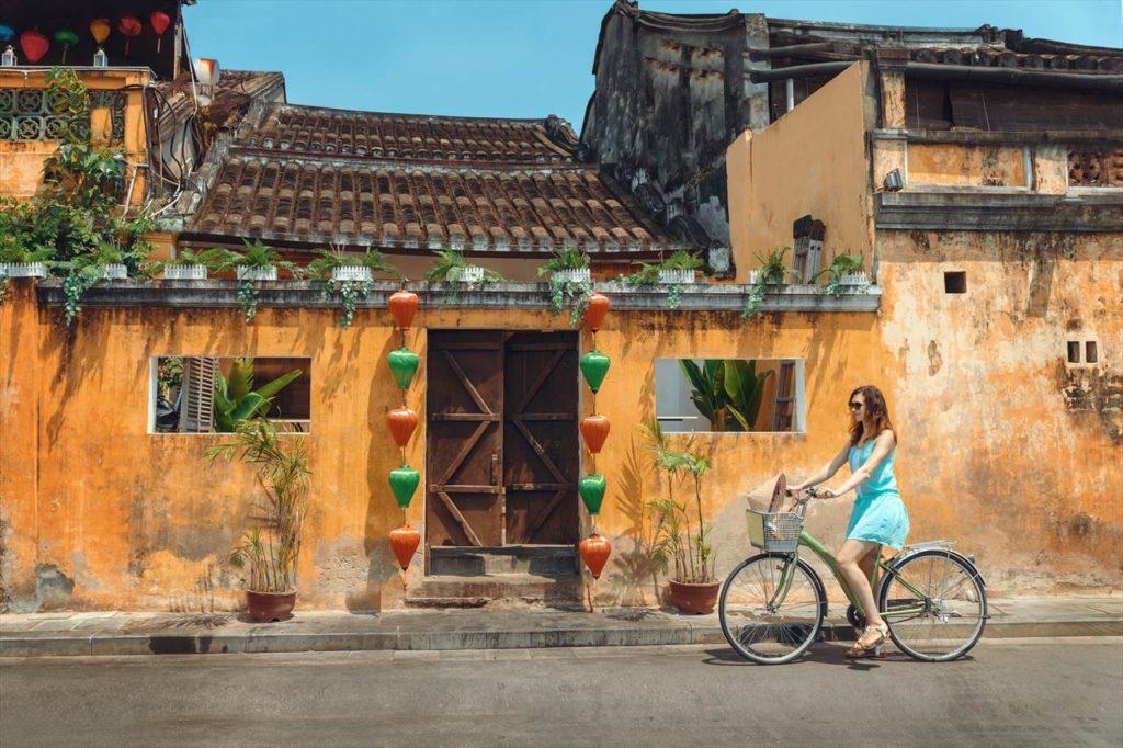 晴れているならば自転車でホイアン旧市街をサイクリングするのもいい