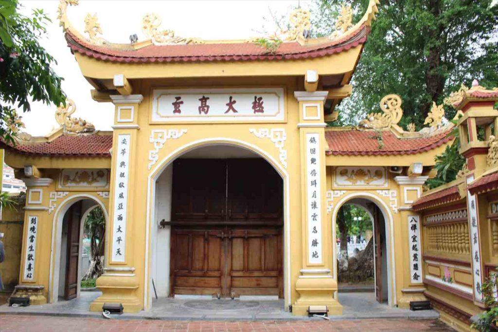 鎮国寺の様子。中国漢字を読むことができる