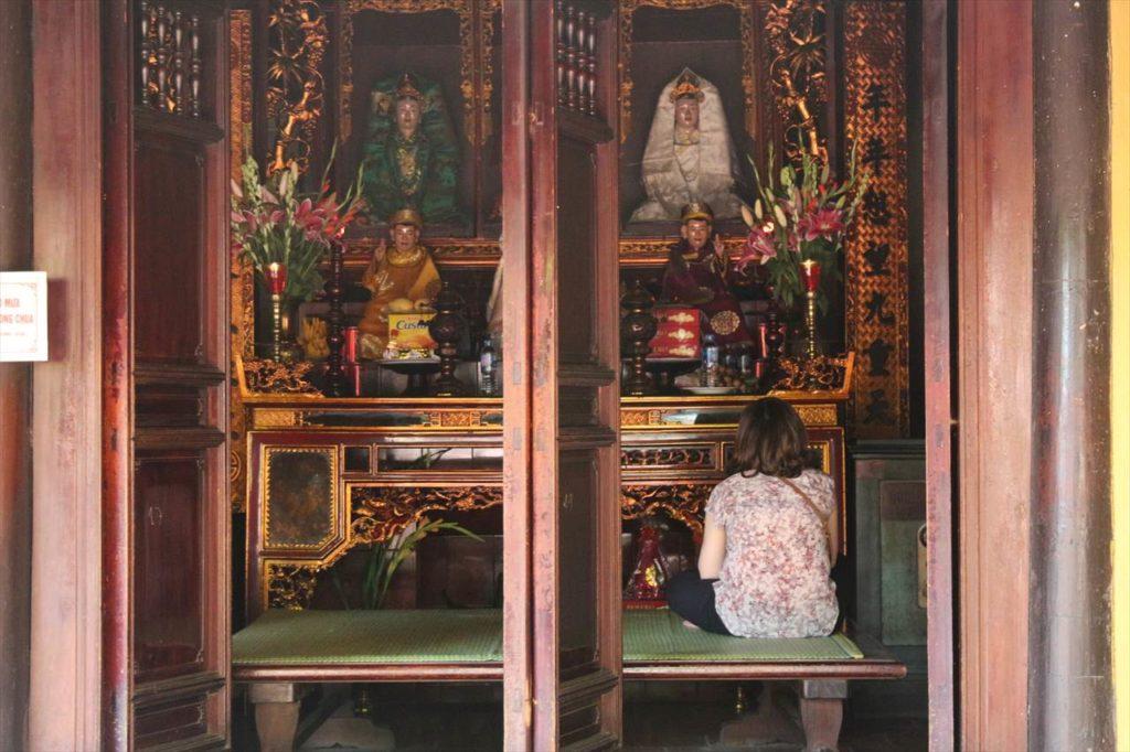 鎮国寺に佇む女性