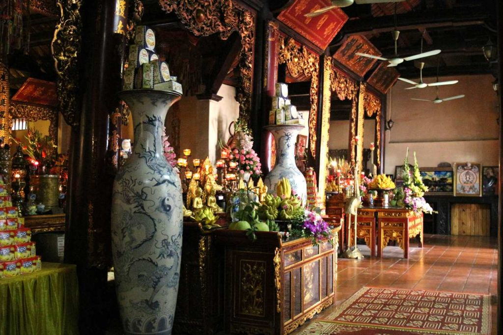 鎮国寺の本堂内