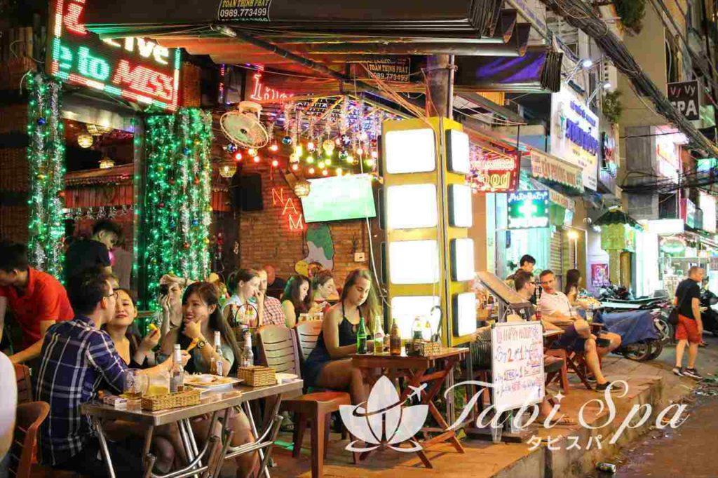 ブイビエン通りの夜のレストラン