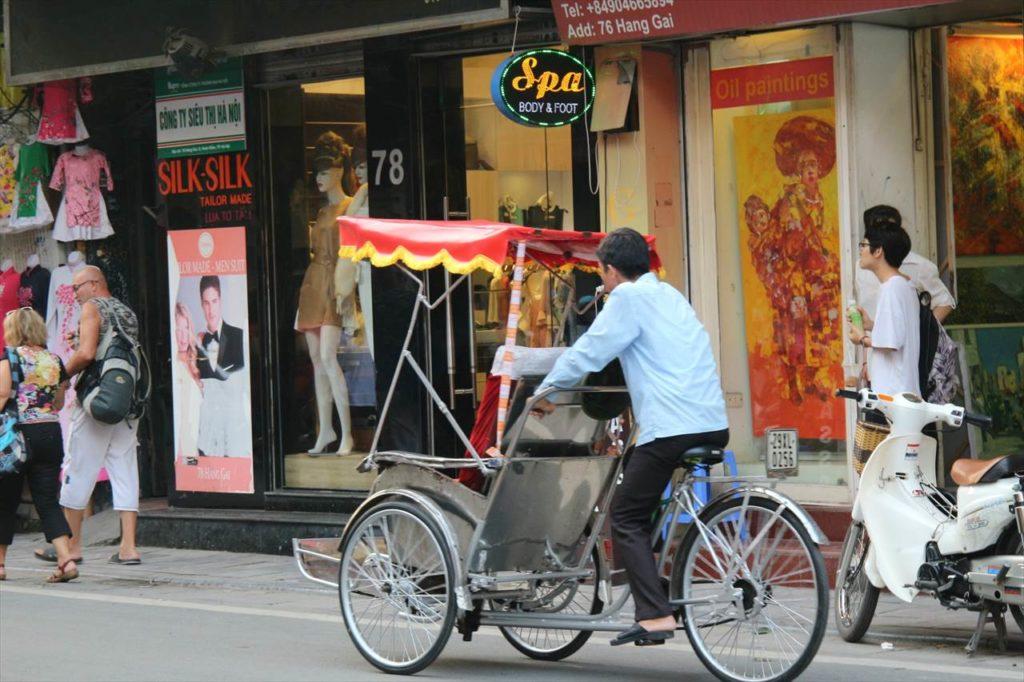 ハノイ市街地を走るシクロ
