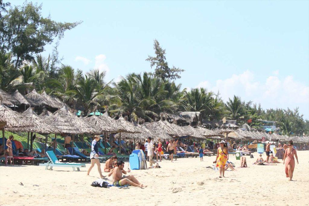 パラソル、砂浜、海と三拍子揃う