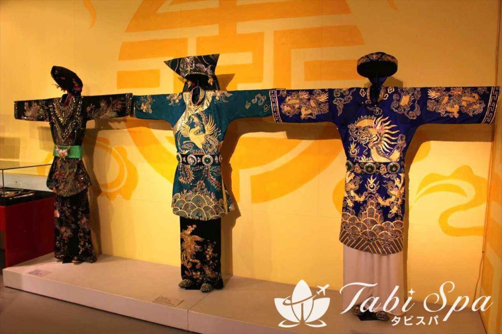 少数民族の衣装の展示の様子