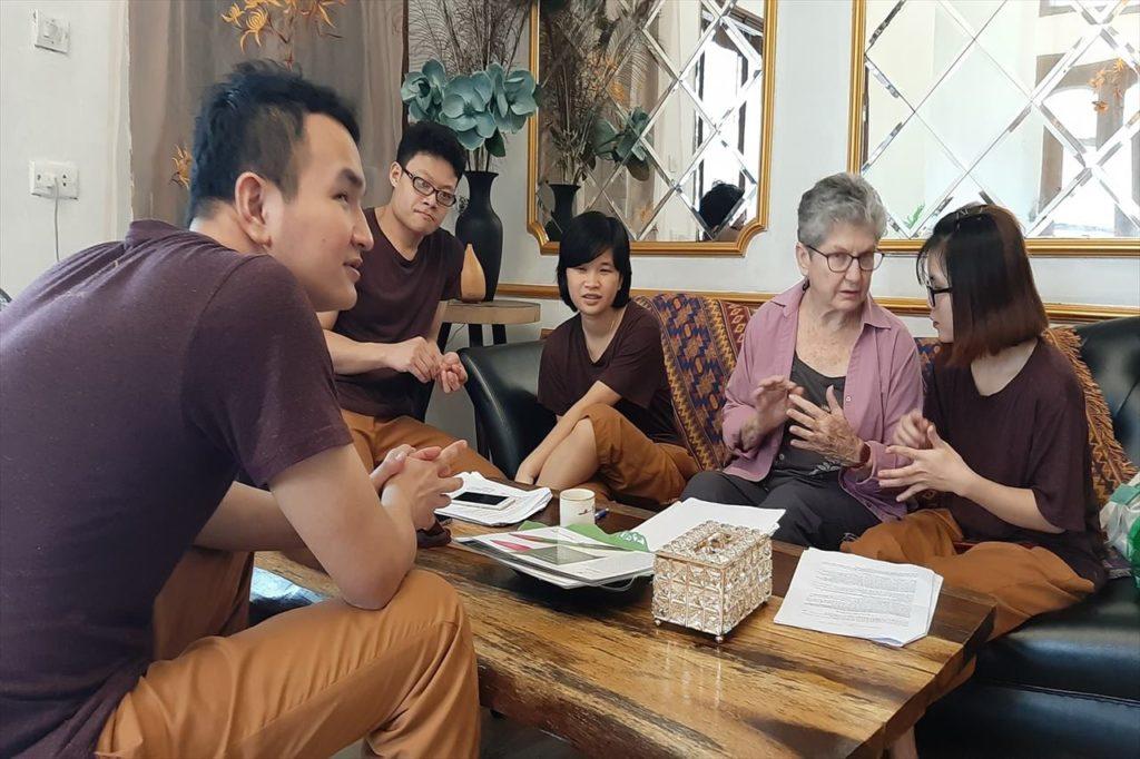ベトナム人スタッフを指導する米国人