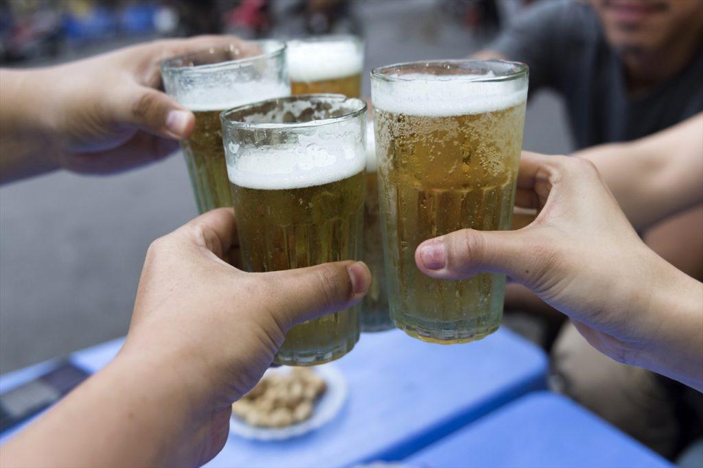 昼間からビールと一緒にハノイ名物料理で乾杯!