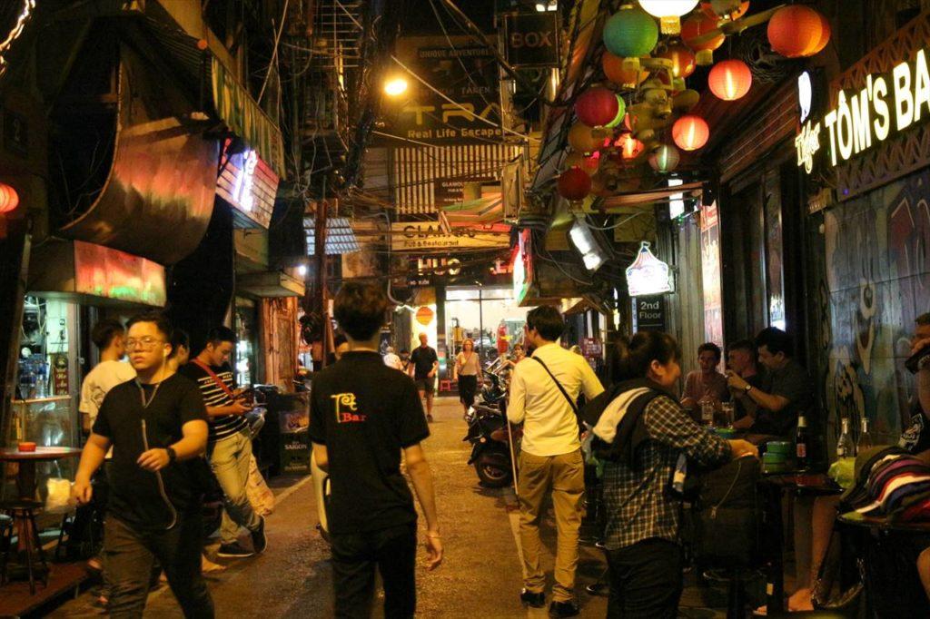 旧市街で最も賑わう「ターヒエン通り」では違法行為の誘いに注意