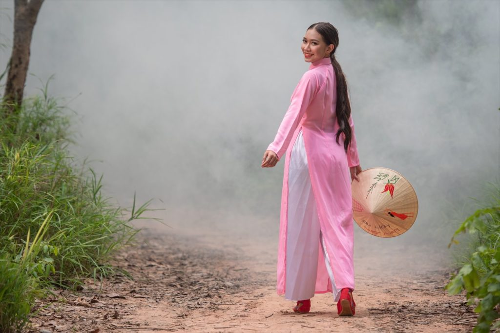 カラフルなアオザイ女性