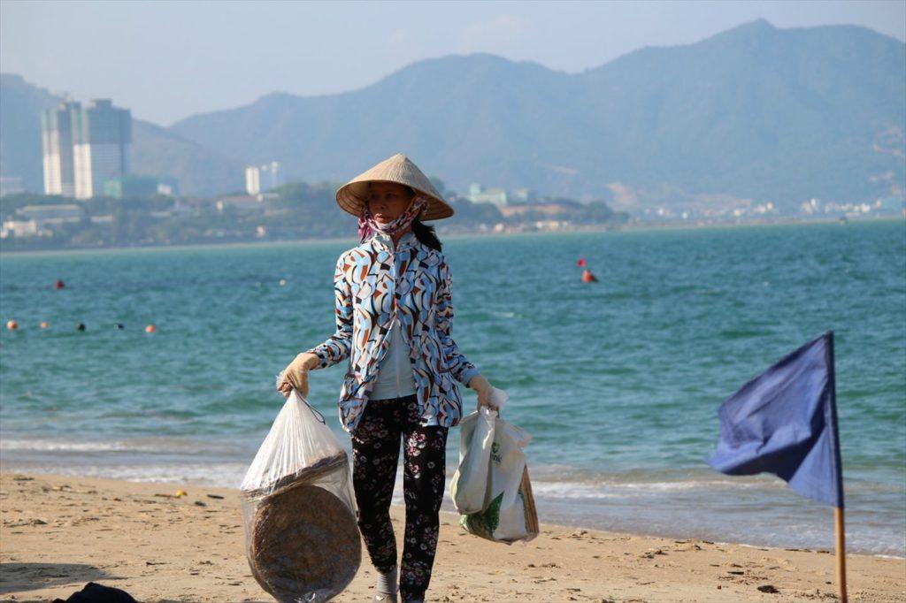 砂浜を歩く行商人からお買い物♪