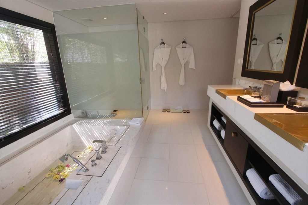 バスルームはダナンの特産大理石造り