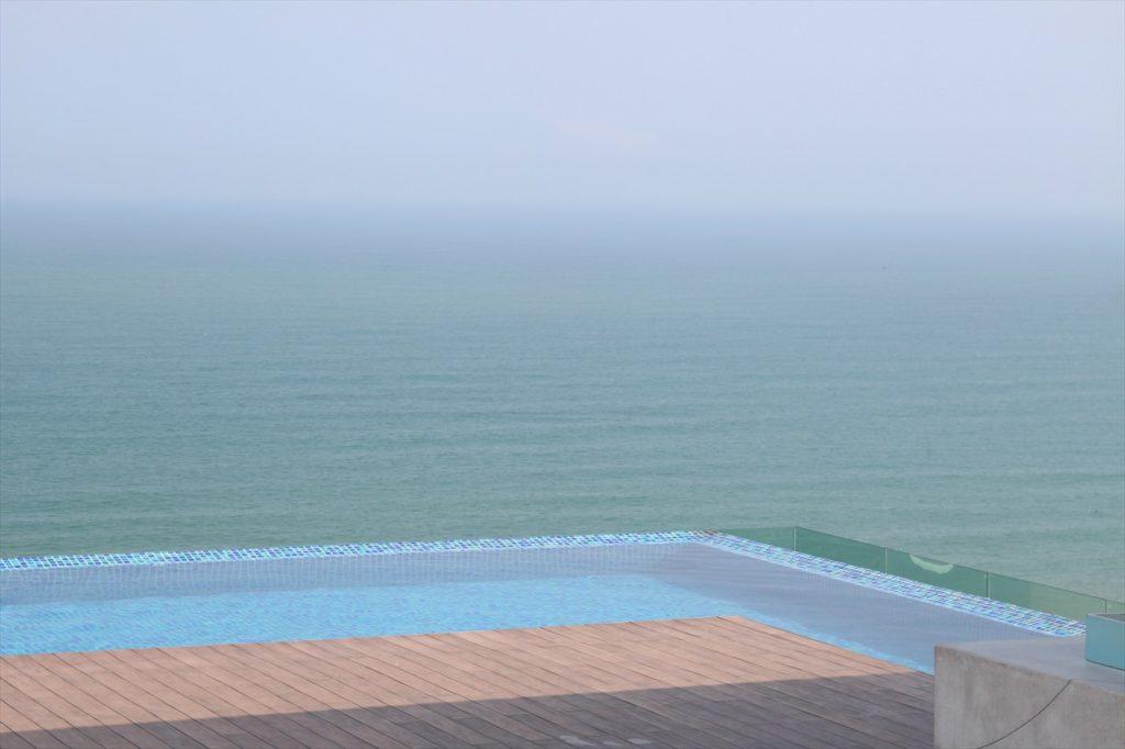 縁がないため海に溶け込んでいるように見えるのが特徴