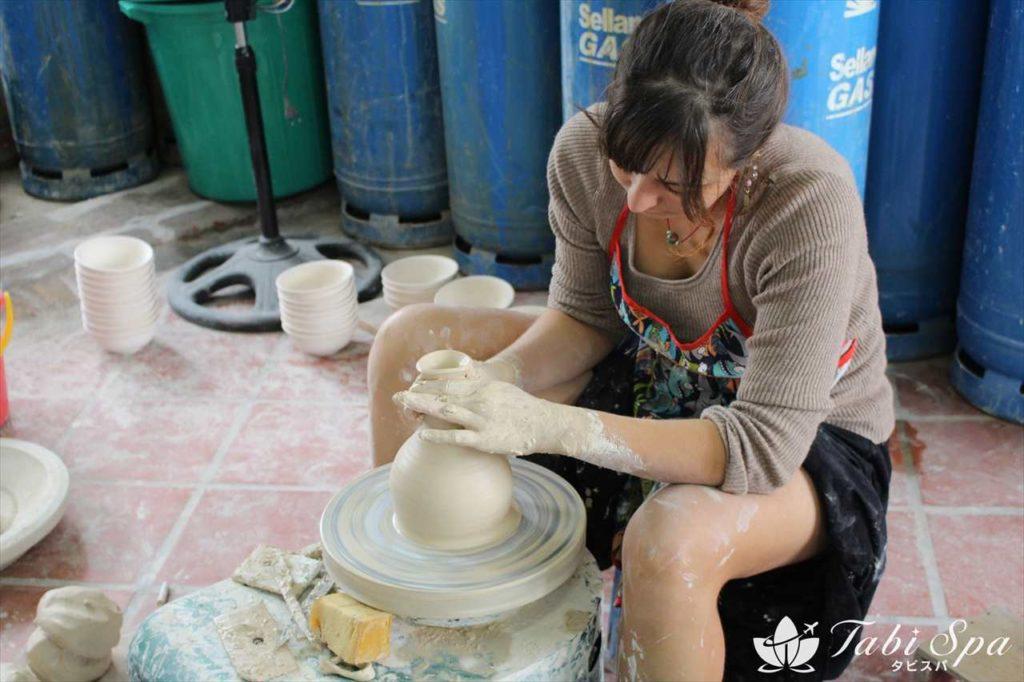 バッチャン村で陶磁器製作見学&体験もできる