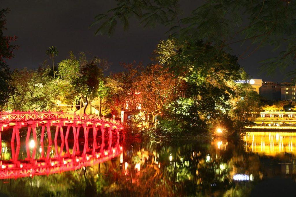 夜の「ホアンキエム湖」は絶好のデートスポット