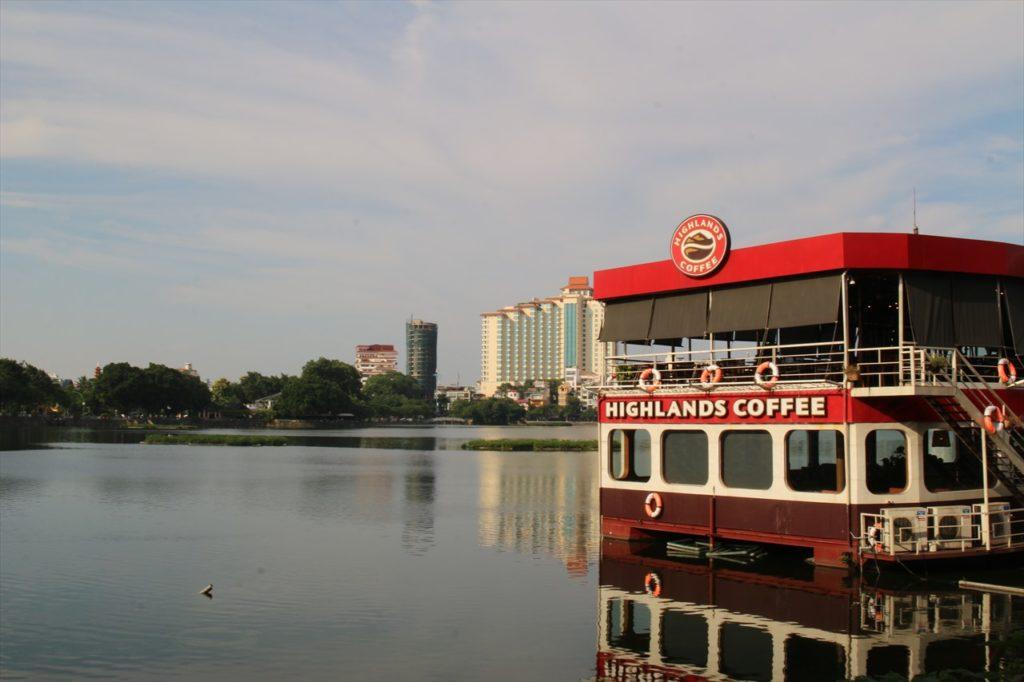 10:45~:湖上カフェでベトナムコーヒーを飲んで小休止