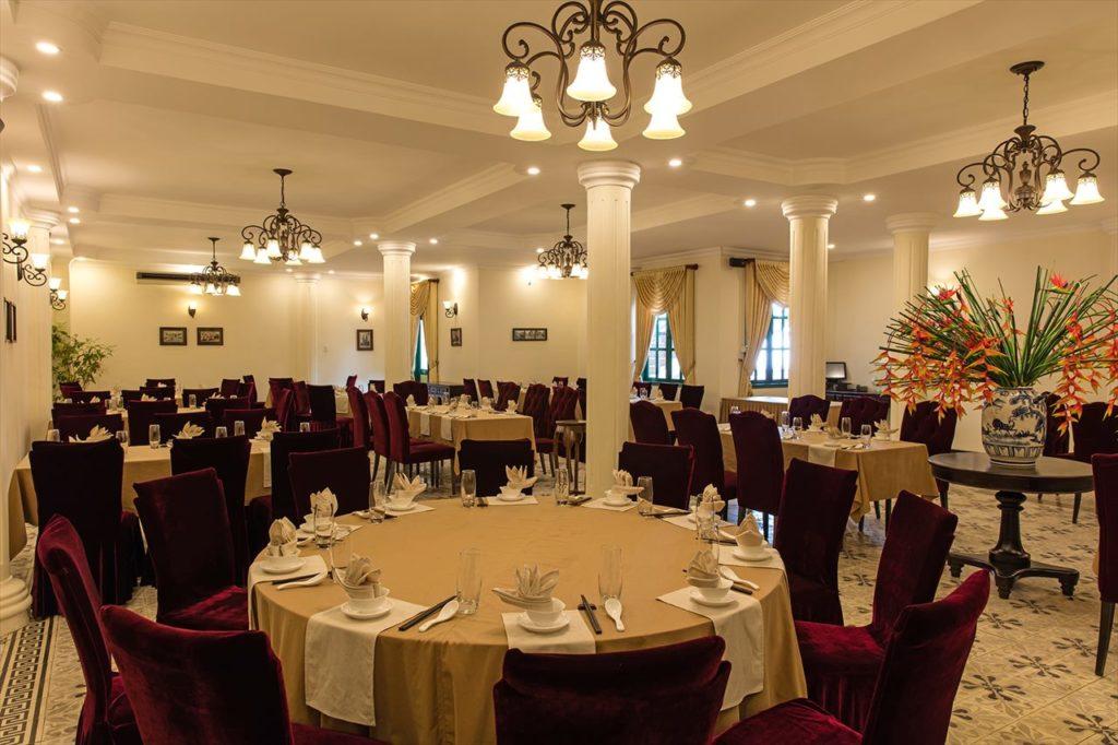 レストラン「インドシン」の中世をイメージした内装