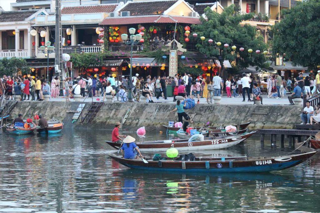 ホイアンのトゥボン川に浮かぶボート