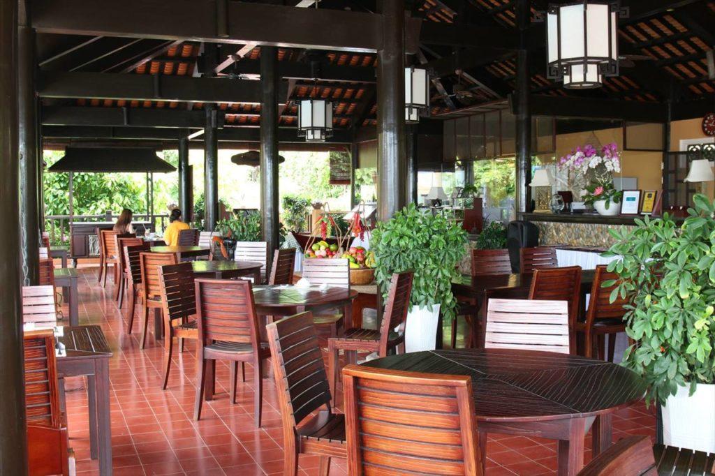 レストランはベトナムらしい古風な雰囲気