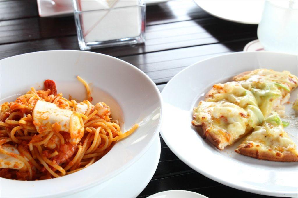 料理写真。パスタとピザ