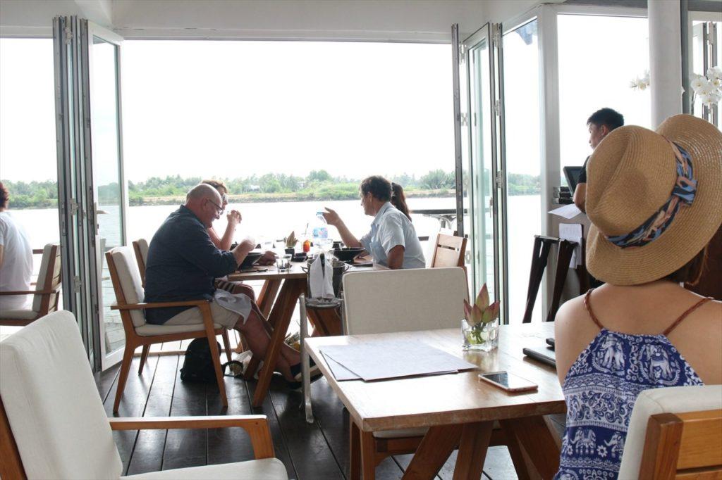 在住者も認める見どころNo.1のカフェ「ザ・デッキ(The Deck)」
