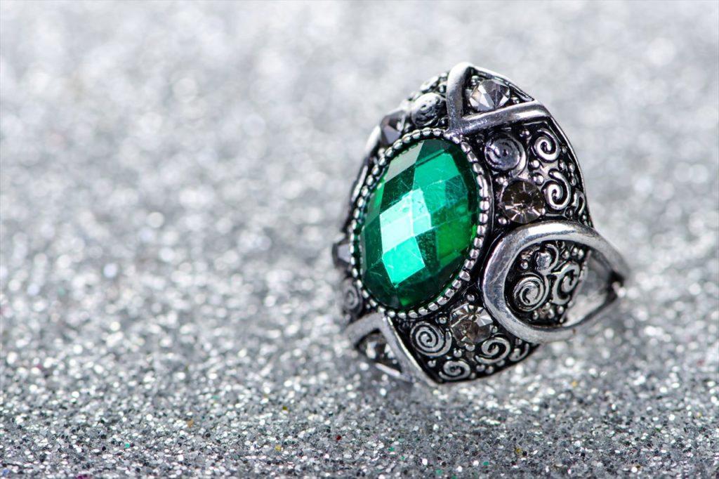 美しいエメラルドの宝石と言えば「翡翠(ヒスイ)」