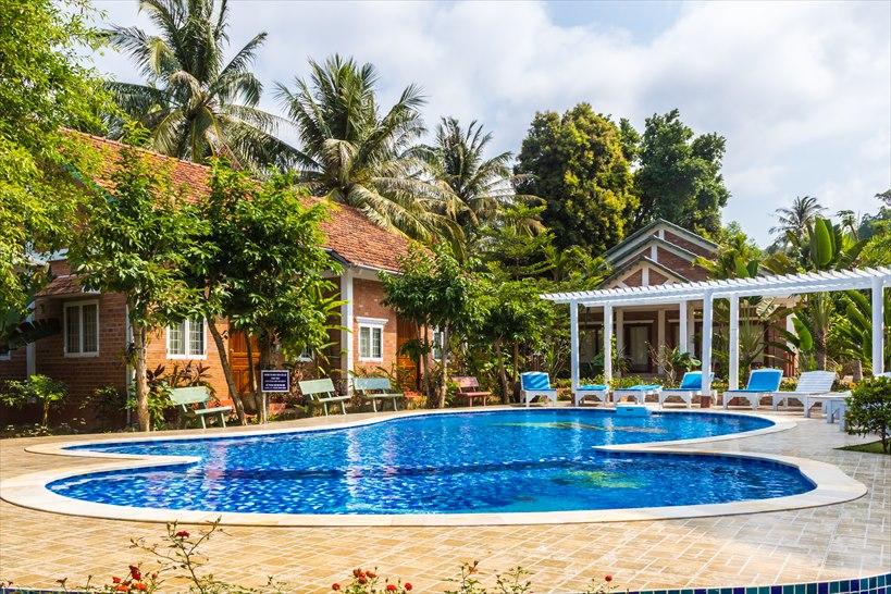 ベトナムの南国プール付きホテル