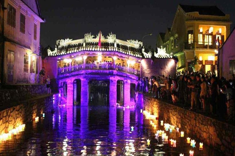 5.ベトナム旅行の夜の風景No.1はココ。ホイアンの灯篭流し