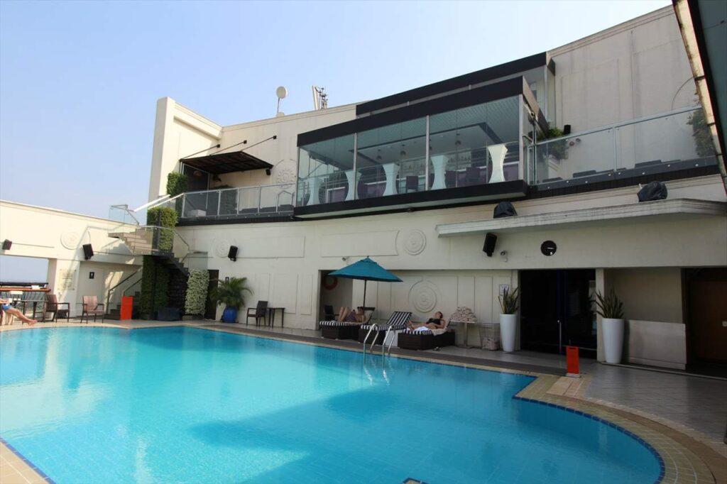 ルネッサンスリバーサイドホテルの屋上プール&バー