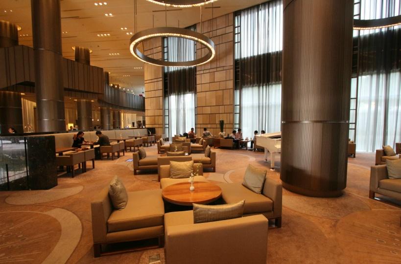 ホテル入って最初にお目見えするカフェはアフタヌーンティーが人気