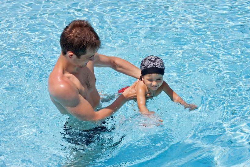 プールで遊ぶ赤ちゃんとお父さん