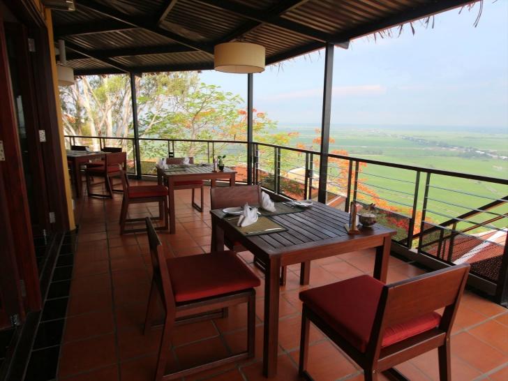 レストランのサイド席からも絶景田園風景を見れる