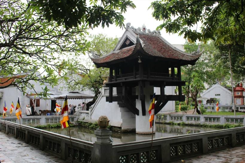 池の真ん中に突き出た一柱の仏堂「一柱寺」