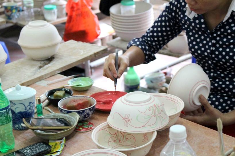バッチャン村で陶器作りの工房を見学