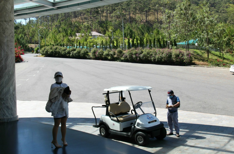 ゴルフカートで送迎してくれます